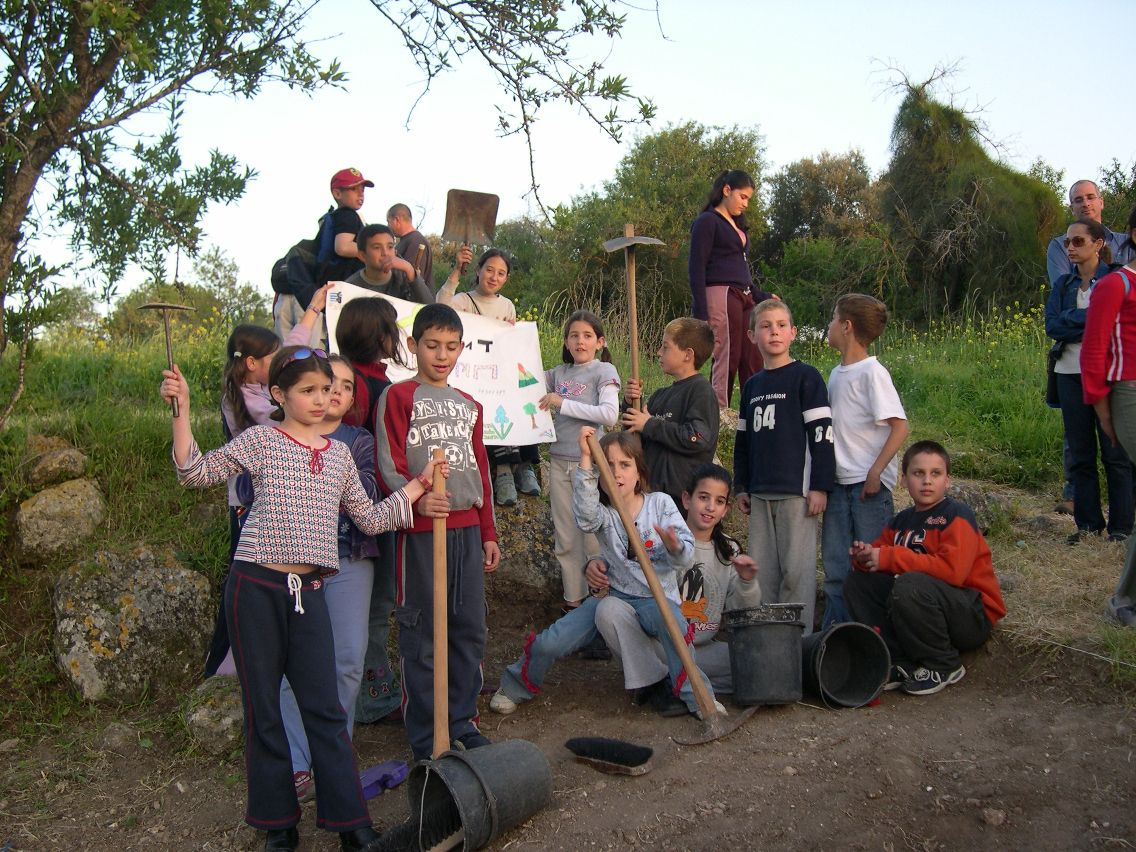 The children of Nitzanim Elementary School after a day of excavation at Givat Sher